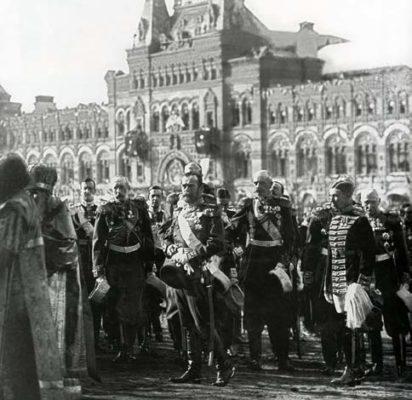 Николай Второй с императорской свитой и священнослужители в специально созданных облачениях к трёхсотлетию дома Романовых