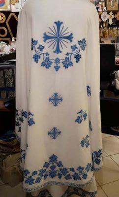 Белая риза, расшитая голубым узором с крестами