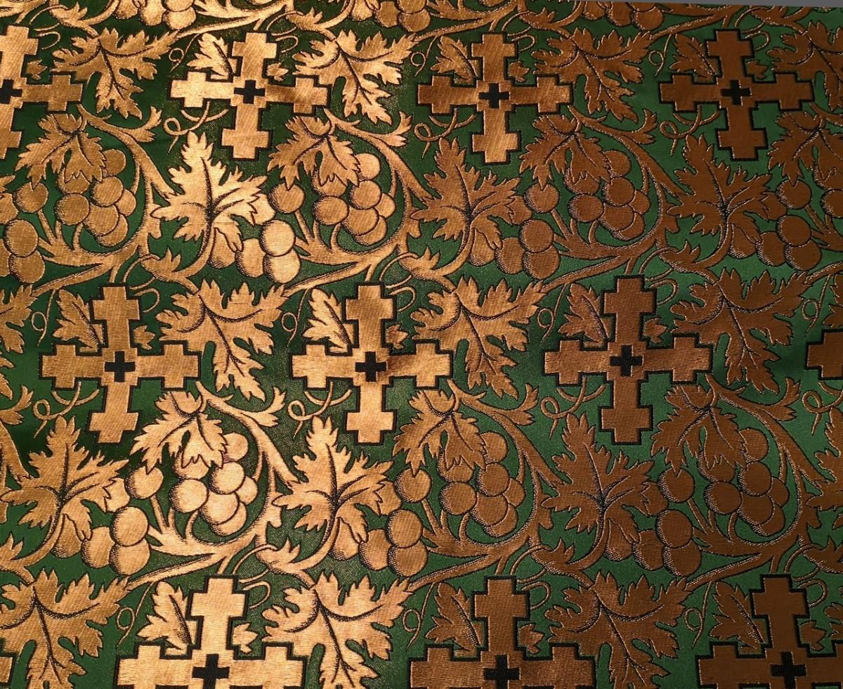 Зелёная ткань, расшитая крестами и узором с кленовыми листьями и ягодами